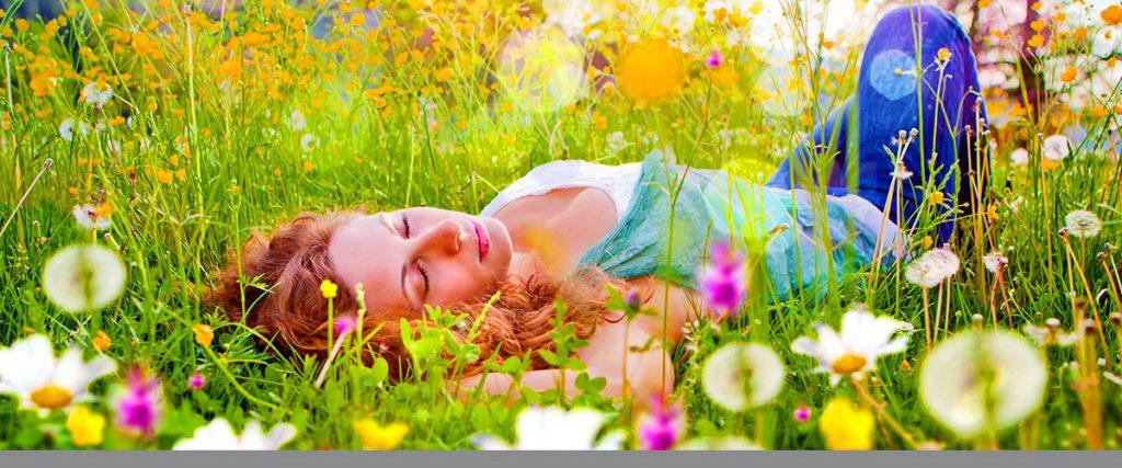 Mädchen schläft in einer Blumenwiese / dandelion-7